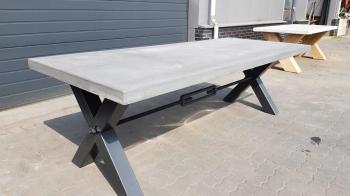 grijze betontafel met metalen poten
