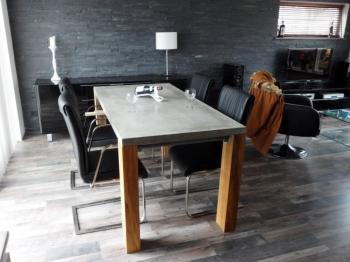 Betonnen tafelblad met houten poten