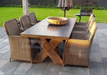 Betonnentafel antraciet met houten kruis poten.